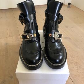 Sælger disse top fede Balenciaga støvler, de er mega eftertragtede og er ikke til at få fat i! Nyprisen ligger på omkring de 7899kr, og da de kun er brugt en enkel gang vil jeg gerne så tæt på nyprisen så muligt, men er åben for bud:) Der medfølger kasse og muligvis kvitteringen!