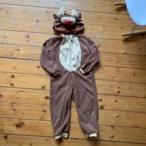 Sødt Rudolf kostume i str. 104 (købt i Fætter BR) sælges for 50kr. (Har været opbevaret i en kælder i en tætlukket pose, så den trænger til en vask).  Dyre- og røgfrit hjem.