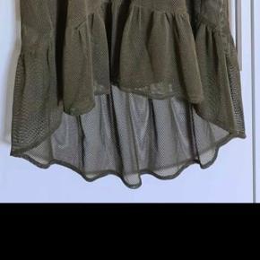 Smuk kjole str small. Går til lige under knæene og lidt længere bagpå
