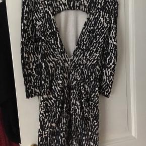 Fin kjole fra Stine Goya. Den er brugt nogle gange, men i fin stand - men derfor den lave pris. Jeg har for meget tøj, så der skal ryddes lidt ud. Sender ikke billeder med tøjet på. Kan afhentes på Østerbro eller i Rødovre 😊