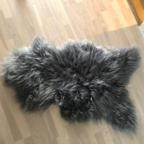 Ægte fåreskindstæppe. Kan bruges på gulv, over en stol el fx over armlæn på sofa.  Mål: 100/50 ca