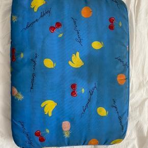 Ganni computercover i blå med frugter. Brugt en del som ses på billederne, men stadig brugbart. Sælges til en god pris :)
