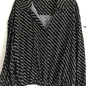 Rigtig fin skjorte - sort med små blomster. Små knapper og bindebånd forneden. Brugt een gang. Kom med et realistisk bud🤗