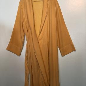 Smuk kimono str s/m. Lidt trådudtræk hist og pist ... se billede 3. Betyder intet men skal dog nævnes.