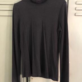 #Secondchancesummer.  Flot rullekrave bluse i tynd strik (ikke varm). I sort med let metal shine/glitter.  Er kun brugt og vasket 1 gang.