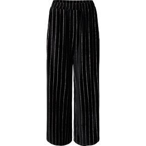 Co'Couture Velvet Glitter Cropped pants I sort.  Kun brugt én aften (nytårsaften) Sælger også tilhørende blazer. Kan også sælges samlet til sætpris.   Nypris: 699,-