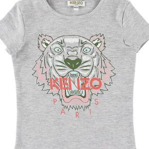 Varetype: T-shirt Størrelse: 12år Farve: Grå Oprindelig købspris: 600 kr. Prisen angivet er inklusiv forsendelse.  Kun været på 2 gange, så fremstår stort set som ny! Mp 350pp