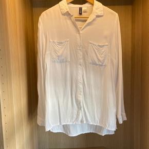 Fin hvid skjorte som er næsten strygefri. 100 % viskose.