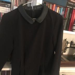 Fed figur syet bluse med læder krave.  Brugt og vasket 1 gang.  Nypris 399kr.
