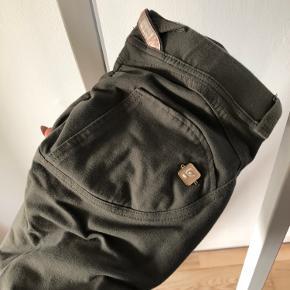 """Brand: Freddy Wr.Up  Varetype: Bukser Farve: Brun  Helt nye bukser fra Freddy Wr.Up i str. M (38). De er aldrig brugt, men er blevet vasket en enkelt gang i forbindelse med en vandskade (de var ikke udsat for vand/fugt, men alt blev vasket/renset af forsikringen).  MODELLEN ER 7/8! Så den er lidt kortere end den """"almindelige"""" model. Perfekt til kortere ben eller hvis man vil have den til at stumpe lidt.   DET ER LOW WAIST!   Sælges da jeg må erkende, at jeg aldrig bliver lille nok til at kunne komme i dem :-)   Prisen er FAST og plus porto, det er ikke til forhandling, respekter venligst dette 😊 Jeg bytter ikke. Kan evt. afhentes i Køge."""