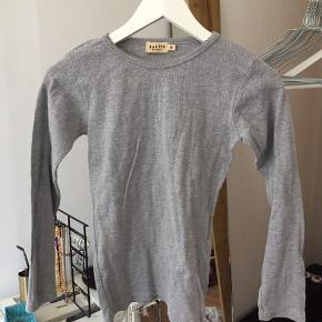 Grå, mønstret trøje fra magasin.