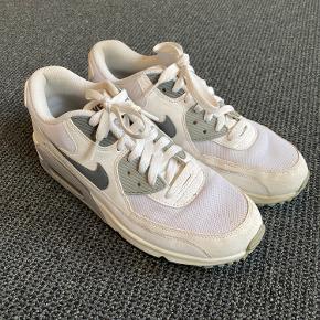 Skoen er næsten perfekt, dog lidt beskidte på bunden, udover det kun lidt fnuller inde i skoen. Kan ikke helt huske hvad de koster, men det er den gamle model, så mener det var ca. 500-600 kr.