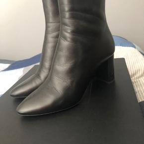 Saint Laurent Lou 70 boots med 7 cm hæl højde. Kun brugt 1 gang. Købt et halv nummer for lille.  Prisen er fast.