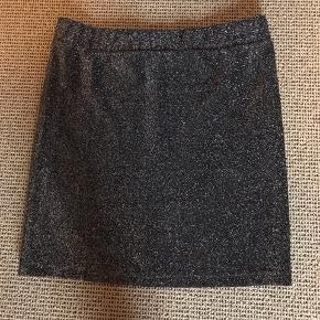Flot kort nederdel sort og sølvglimmer. Stadig flot