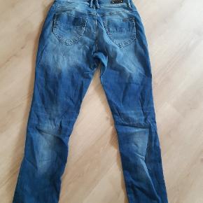 Fede jeans i str 33/32. Med normal talje og lige ben. Super flot pasform. Brugt 4 gange og uden tydelige brugsspor.