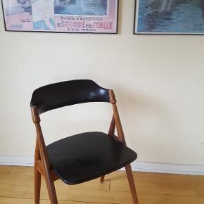 Sød gammel retro stol. Kunstlæder og træ.