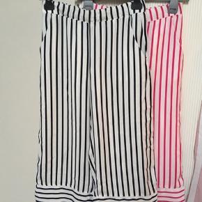 2 par 3/4 flagrebukser.  De pinke/hvide bukser er str. 34. De sorte/hvide bukser er str. 36.  Brugt et par gange, i god stand.  Samlet pris: 40 kr