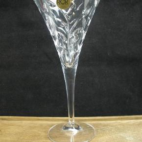 Brand: RCR Varetype: Italienske Krystal Cocktailglas 20.5 cm - Laurus Størrelse: 20.5 Farve: Klar  Store Italienske Laurus cocktailglas i krystal fra RCR.  Glassene måler 20,5 cm i højden.  Prisen er per glas. Jeg har syv styk tilbage.  Alle glassene er i flot stand uden skader.  Kan sendes for købers regning. Portoen afhænger af mængden.  Ingen byttehandel tak