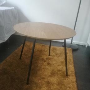 Fint og klassisk lille sofabord, fylder ikke ret meget. Helt nyt, fejler intet 😊