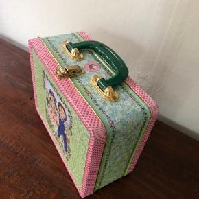 Hyggelig ældre madkasse/picnik dåse. Kan også bruges som opbevaring af legetøj på børneværelset :)
