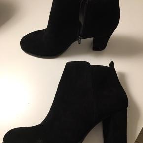 Helt nye støvler i ruskind. Stadig med prismærke
