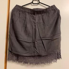 To-lags nederdel med blondelag under