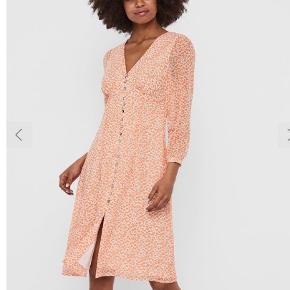 Den nye populære kjole  Model v-Neck midi dress  Med lynlås i siden  Brugt en gang  Sælges i butikkerne nu