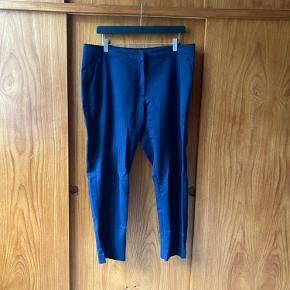 H&M's klassiske slacks/chinos i bomuld, polyester og elastan. Brugt et par gange. Købt til at skulle sidde løst, men pasformen er ikke god til mig