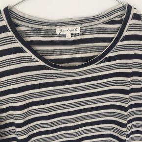 Varetype: t-shirt Farve: Blå/hvid  62% hør 38% bomuld  Sender med DAO