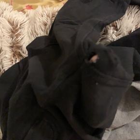 De sorte bukser er brugt enkelte gange og har desværre et lille hul, som nemt kan lappes, de grå er kun prøvet på :) kom med bud
