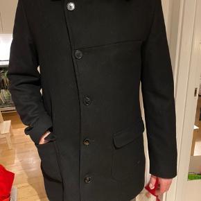 Super flot frakke fra Bertoni. Str XL. Brugt få gange. Nypris 1800kr. Skal hentes på adressen i 2800 lyngby, eller jeg sender for + fragt.