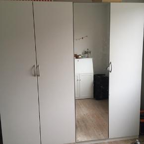 Hvidt Ikea Pax skab med fire låger, hvoraf en er med spejl. Derudover en kurveskuffe, tre store træskuffer, en bøjlestang og seks hylder. Sælges pga flytning. Nypris ca 4000kr