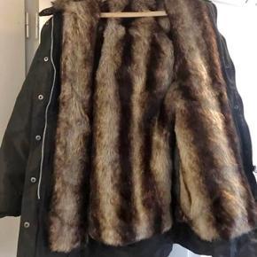Lækker vinterjakke med fake fur som indenfor. Passes af en xs/s lille m.