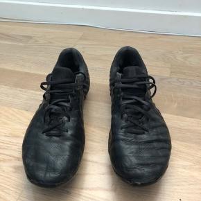Nike tiempo Brugt 1 sæson, ses også på billederne men fungere fint og er en rigtig god læder støvle  Køber betaler fragt