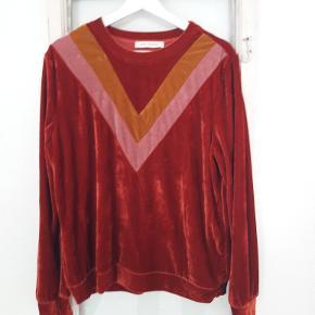 Lækker blød bluse i fede retro farver