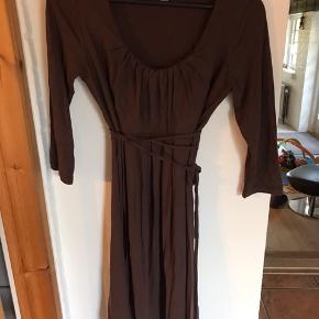 Tete A tete by Valja brun kjole med 3/4 ærmer, str M/L, enkel men festlig, brugt få gange.