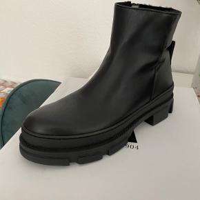 Helt nye Angulus støvler med grov sål og lamme uld for. Må desværre sande at de bliver for store, så derfor sælger jeg dem helt nye med kasse :-) Model nr: STYLE 7608-1018209 Kan sendes eller afhentes i Aarhus C :-)