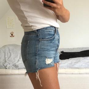 FEDE DENIM SHORTS 🧚🏼♀️⚡️🌷💜💓👅👒👘  sælger mine shorts fra H&M da de er blevet for små til mig.... De fejler intet! Skriv for spørgsmål eller andet<3