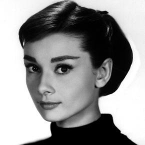 Philip Kingsley var den hårekspert, der udviklede Audrey Hepburns yndlingshårkur; den legendariske Elasticizer.  Siden er der kommet mange andre klassikere til - bl.a denne Swimcap Cream, som er en beskyttende creme, der oprindeligt blev udviklet til USAs synkronsvømmehold for at beskytte deres hår mod klor.  Cremen, som fordeles i vådt hår før pool, strand og svømning, beskytter hår og hårfarve mod de skadelige effekter fra klor, UV stråling og saltvand, samtidig med at kuren virker som en fugtgivende behandling til håret.  Ny og helt ubrugt, 75 ml. full size. Nypris er £19 eller ca. 165 DKK.  Sælges for 50 kr. + porto  Bytter ikke.