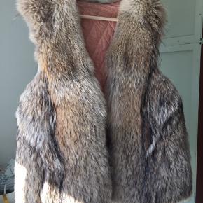 Smukkeste ræve pels med smukt lyserødt for og bindesnore i ruskind.  Størrelsen er M/L  Købt i PRAG på Nørrebrogade  Den er brugt, men stadig god.  Nypris 699  BYD gerne