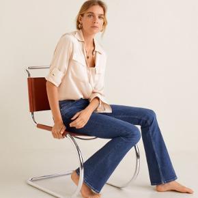 Super lækre jeans med flare i rigtig fin stand <3  Detaljer: 99% bomuld, bootcut, mørkeblå, 4 knapper foran, denim, højtaljede