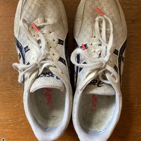 Fede sneakers fra Asics. En god sommersneak! Har ikke brugt dem specielt meget. De er en lille smule beskidte, derfor sælger jeg dem ret billigt. Kom med et bud :)