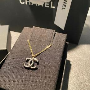 Overvejer at sælge denne skønhed fra Chanel.  Kæden er guld & vedhæng er sølv.  Kæden kan laves i to længder.  Hvis den skal sælges er MP 3200kr  Alt medfølger... - Smykke, æske, kvittering, pose, indpakning