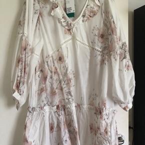 Smukkeste oversize kjole. Str. 44. Men en XL kan sagtens bruge den. Det er meningen den skal sidde løs. Ny med mærke. Prisen er fast.
