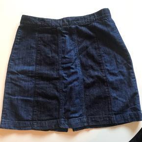 Flot højtaljet nederdel. Brugt men rigtig fin stand. Ved køb af flere ting kan der fåes rabat. Sender gerne på købers regning. Spørg for flere billeder.