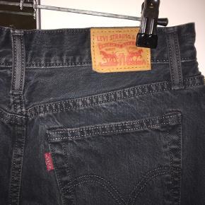 """Levi's nederdel i """"vasket"""" sort denim. Str. W26 En smule bred/a-formet  BYD🌸🌸"""