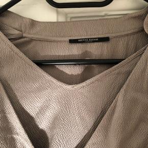 Smuk sølvfarvet kjole fra Bruuns Bazar. Brugt en gang og er derfor som ny.  Mål: længde bagved: 87 længde foran: 91 Liv: 70.  Ved ikke hvilket stof det er. Men er yderst behagelig  at have på.  Nypris: 1800,-  Bytter ikke og prisen er fast.