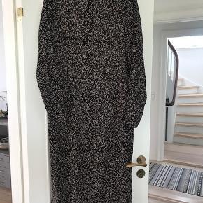 Neo Noir kjole. Str. M. Brugt et par gange og som ny. Kjolen kommer med tilhørende underkjole.