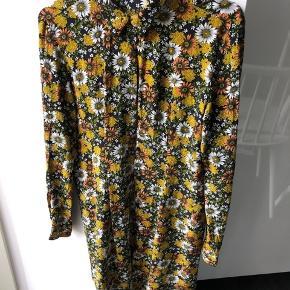 Skøn skjortekjole i lækre farver og print.