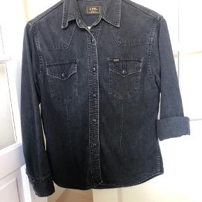 Vintage LEE denimskjorte. Jeg har brugt den som let jakke. Patineret på den helt rigtige måde. Ingen knapper mangler eller andre skader